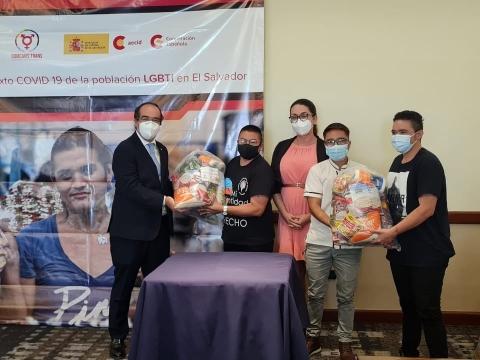 Entrega de kits de alimentos a colectivo LGBTI afectado por la crisis del COVID-19