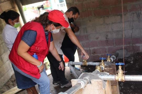 Entrega de tanque para agua potable y equipo de bombeo en La Libertad