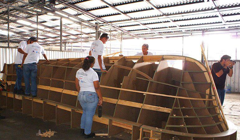 Jóvenes de la zona costera de El Salvador se capacitan en la construcción de un nuevo modelo de embarcación para la pesca artesanal.