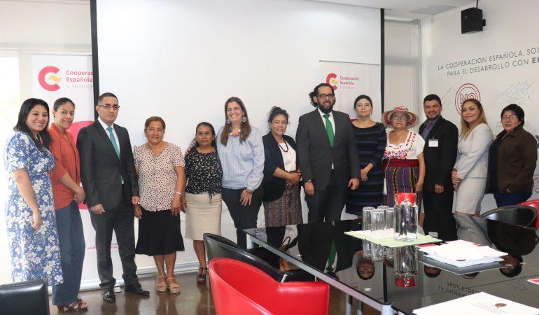 """Entregan """"Módulos de Formación para Mujeres Indígenas"""" al procurador de la PDDH"""