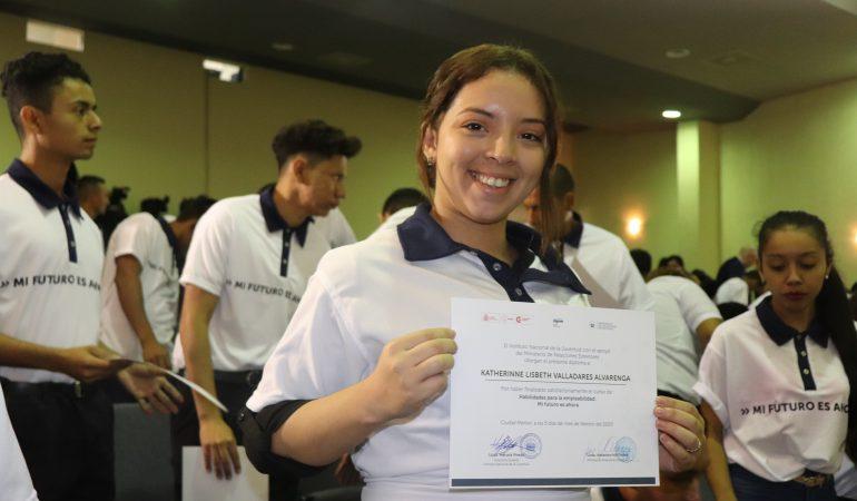 Jóvenes migrantes se gradúan de talleres de formación en competencias para la vida y el trabajo